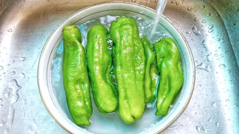 青椒皮蛋,青椒放入清水里冲洗干净。