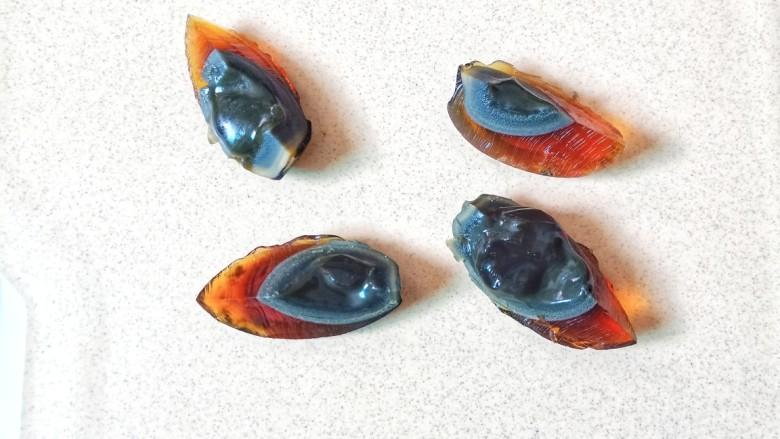 青椒皮蛋,用一根线把皮蛋一分为四。