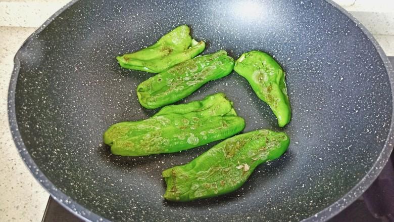 青椒皮蛋,开小火将青椒两面煎成虎皮状。