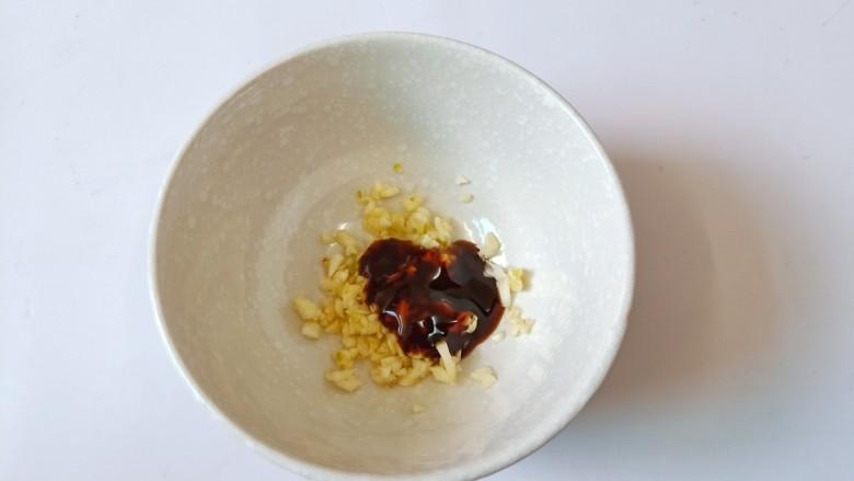 青椒皮蛋,碗里放入切好的蒜泥与蚝油。