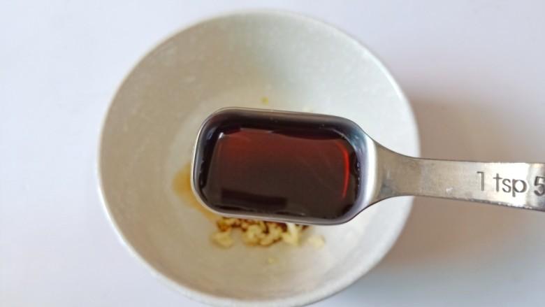 青椒皮蛋,再加入生抽两勺搅拌均匀。