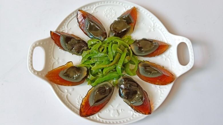 青椒皮蛋,把撕成条状的青椒码到盘子中间。