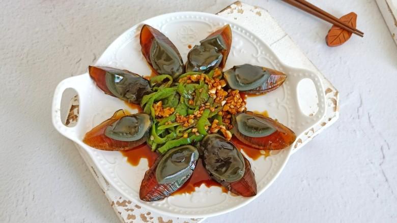 青椒皮蛋,吃的时候把青椒与料汁拌一下。