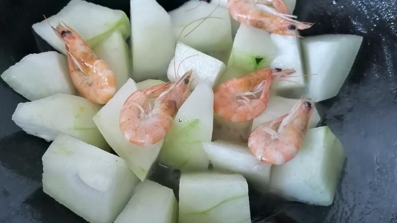 冬瓜鸡蛋汤,将虾也放入一同翻炒