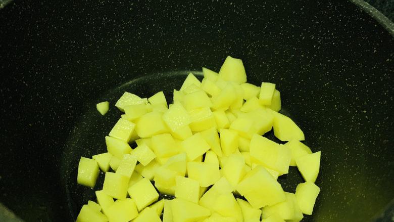 红烧土豆,锅加食用油,热锅,加入土豆