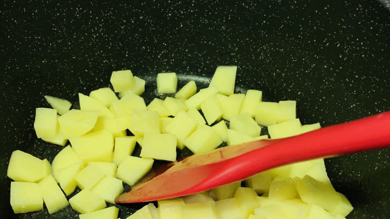 红烧土豆,翻炒