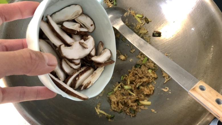 冬瓜鸡蛋汤,加入香菇,翻炒半分钟