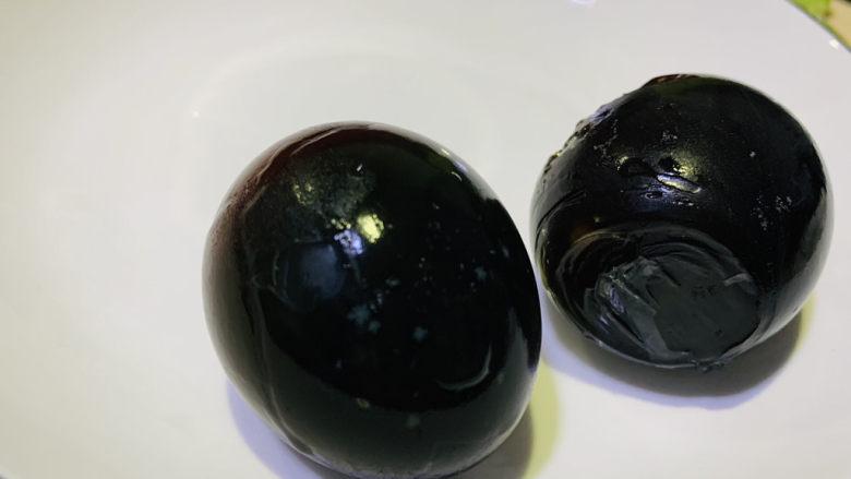 青椒皮蛋,先将皮蛋上锅大火蒸5分钟,取出,剥壳