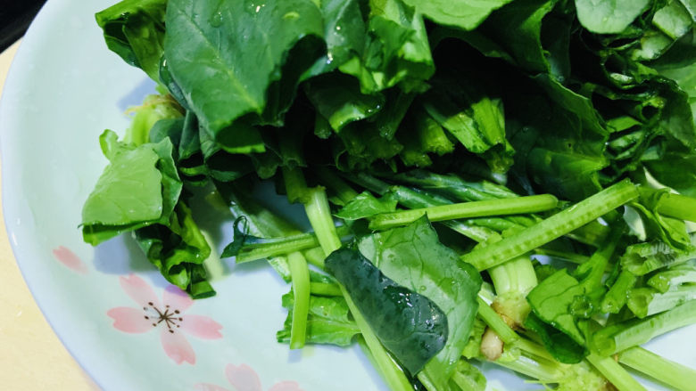 鸭血炒菠菜,将菠菜切段