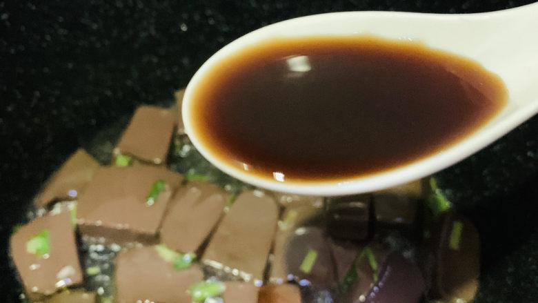 鸭血炒菠菜,加<a style='color:red;display:inline-block;' href='/shicai/ 718'>料酒</a>,炝炒
