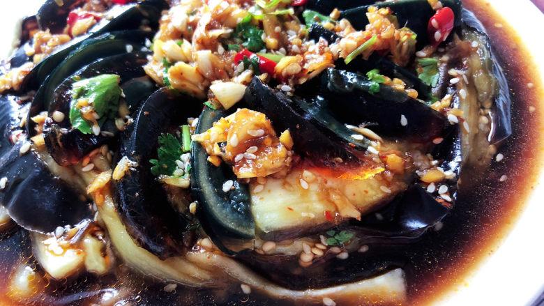 蒜蓉茄子,这道蒜蓉茄子,做法简单,茄子软糯,吸满汤汁,咸鲜微辣,十分开胃,陈晨添加了皮蛋,让口感营养更丰富,喜欢的小伙伴们一起来试试吧😄
