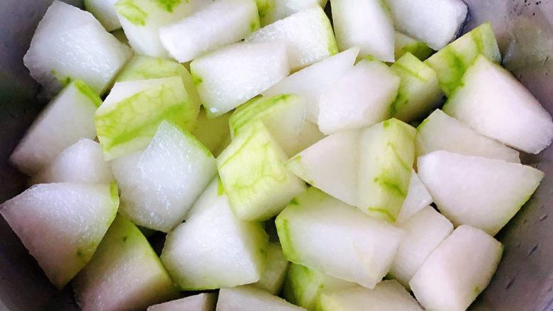 冬瓜鸡蛋汤,冬瓜去皮洗净切成大小均匀的滚刀块