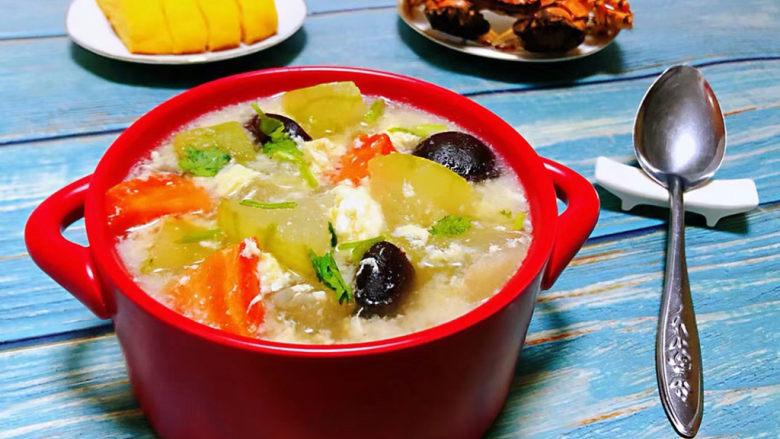 冬瓜鸡蛋汤,搭配玉米饼和螃蟹一起吃就太棒了