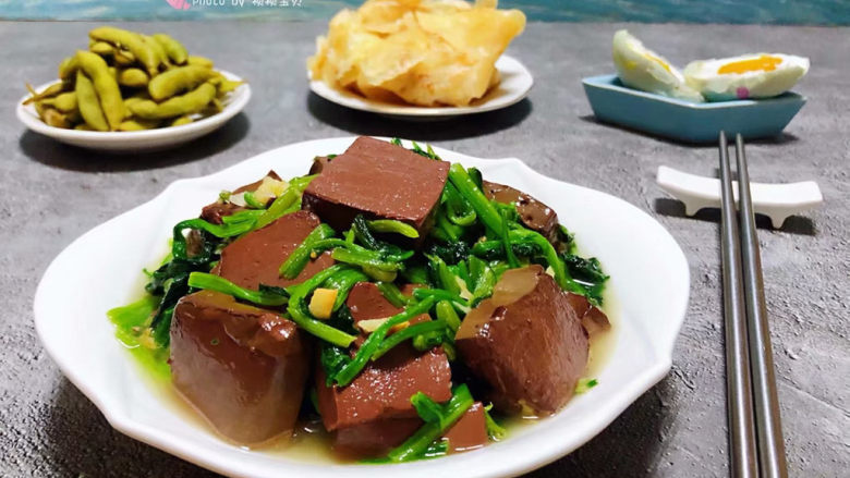 鸭血炒菠菜,鸭血和菠菜营养特别丰富经常食用对身体有益