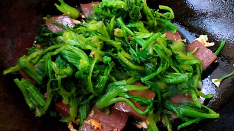 鸭血炒菠菜,放入菠菜改中火炒匀