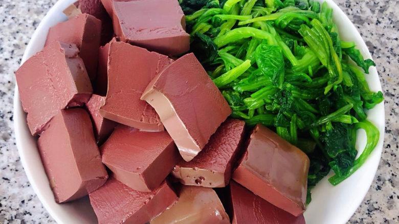 鸭血炒菠菜,鸭血和菠菜沥干水份备用