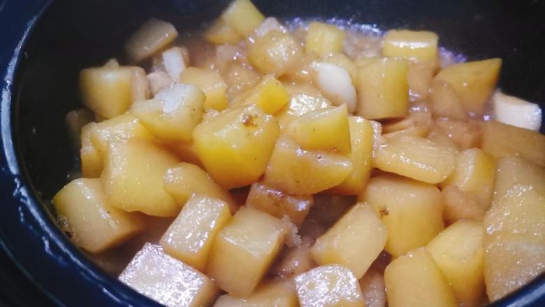 红烧土豆,煮制汤汁浓稠