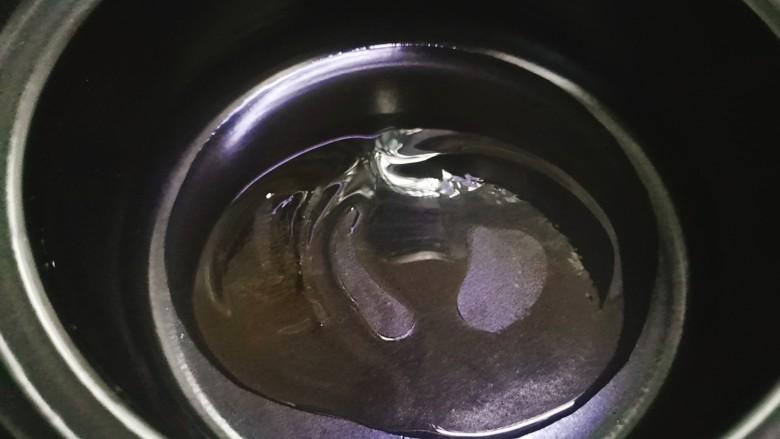 红烧土豆,砂锅中加适量食用油