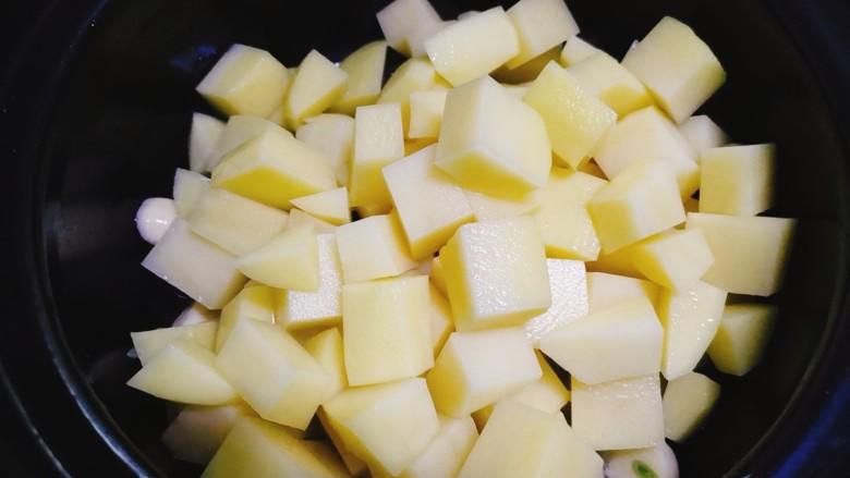 红烧土豆,再加入土豆块