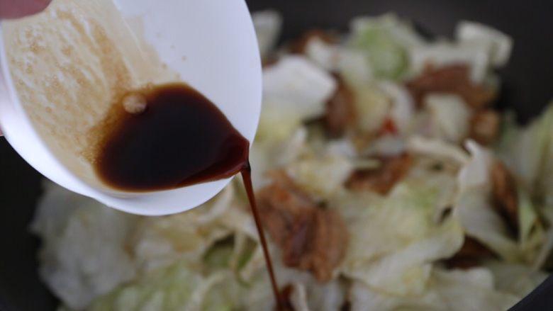 干锅包菜,倒入酱汁