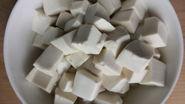 白菜豆腐汤,放在碗里备用
