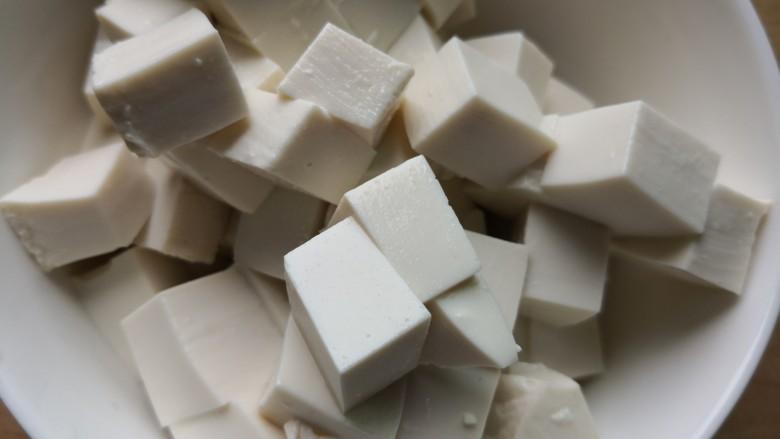 白菜豆腐汤,切成小方块