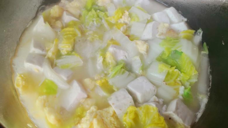 白菜豆腐汤,煮至白菜断生,汤汁奶白即可出锅享用了。