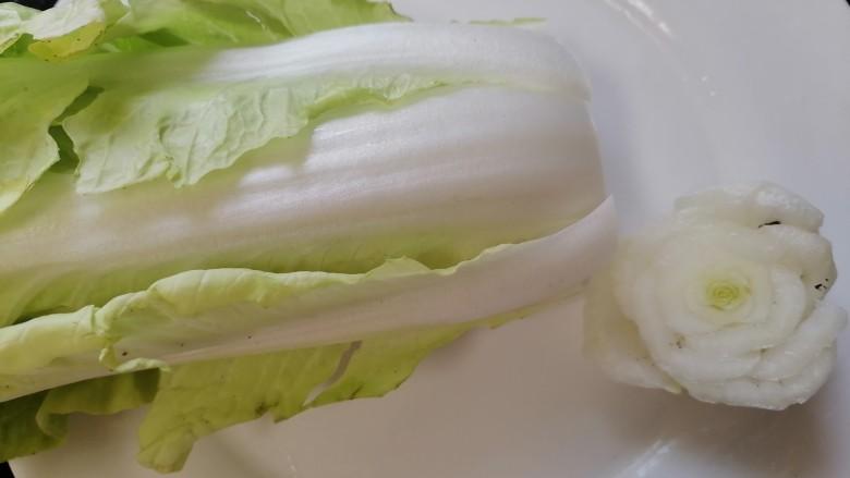 白菜豆腐汤,将白菜根部切掉