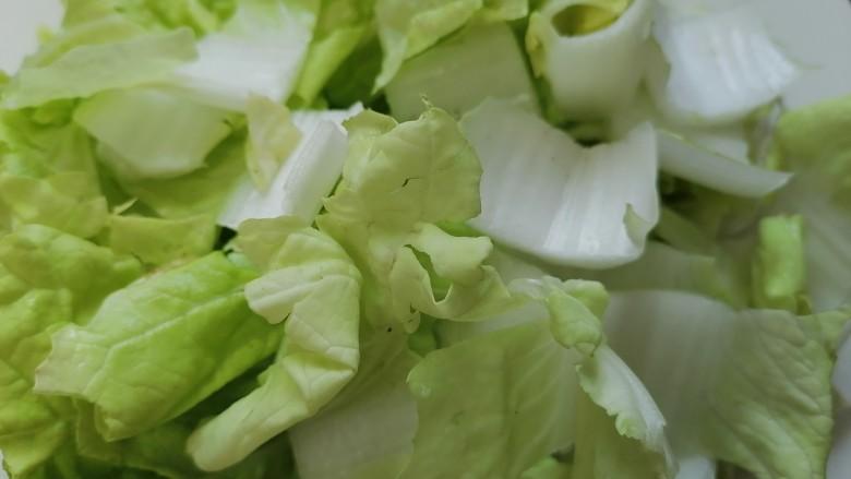 白菜豆腐汤,将白菜切成小块