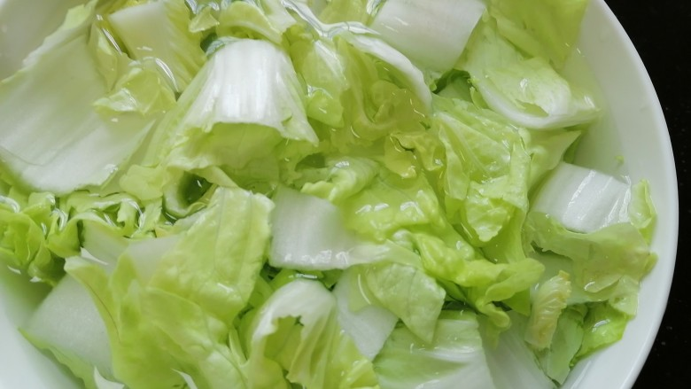 白菜豆腐汤,用盐水浸泡下白菜并清洗干净