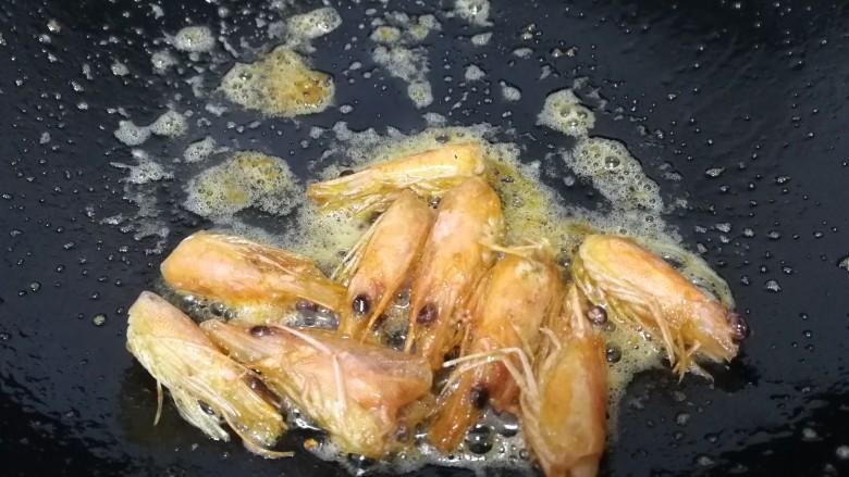 西芹炒虾仁,文火炒香炒出红油。