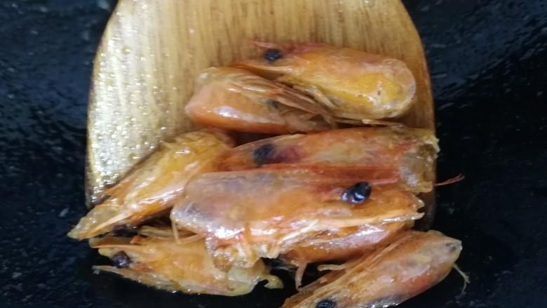 西芹炒虾仁,盛出虾头。