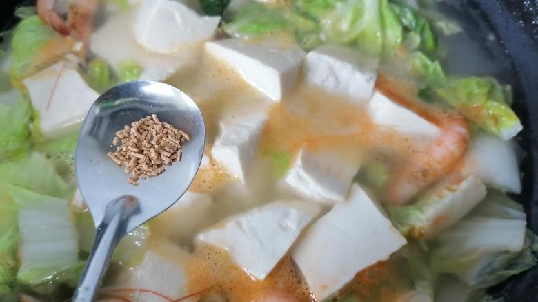 白菜豆腐汤,加入适量盐和<a style='color:red;display:inline-block;' href='/shicai/ 756'>鸡精</a>调味再煮一会至汤汁浓稠即可出锅