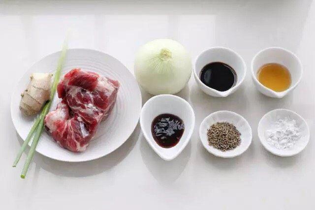 洋葱炒肉片,准备好所需食材和调味品。