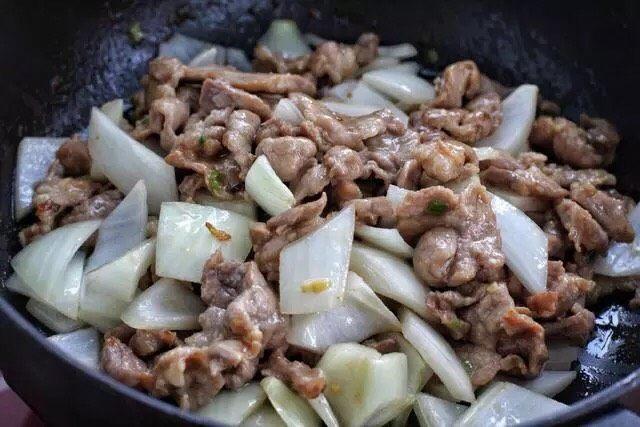 洋葱炒肉片,接着放入洋葱,大火翻炒一分钟左右。洋葱生吃都是可以,所以不需要炒太久。