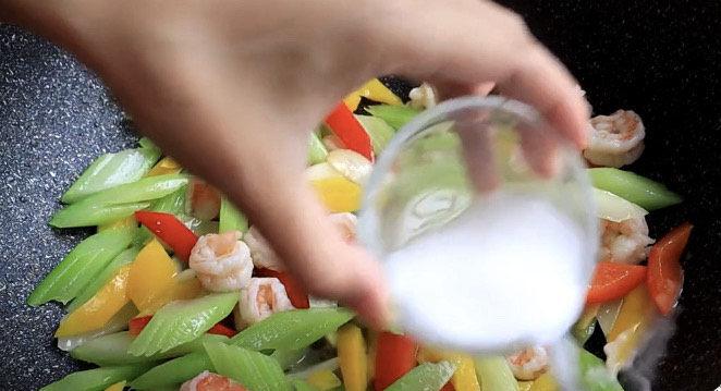 西芹炒虾仁,最后用少量水淀粉勾芡一下