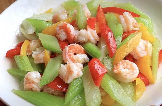 西芹炒虾仁,我喜欢这道菜的原因之一就是它的色彩搭配特好看,招待朋友很出彩。自己减肥吃也是特有好,一盘下去不用担心热量,完美。