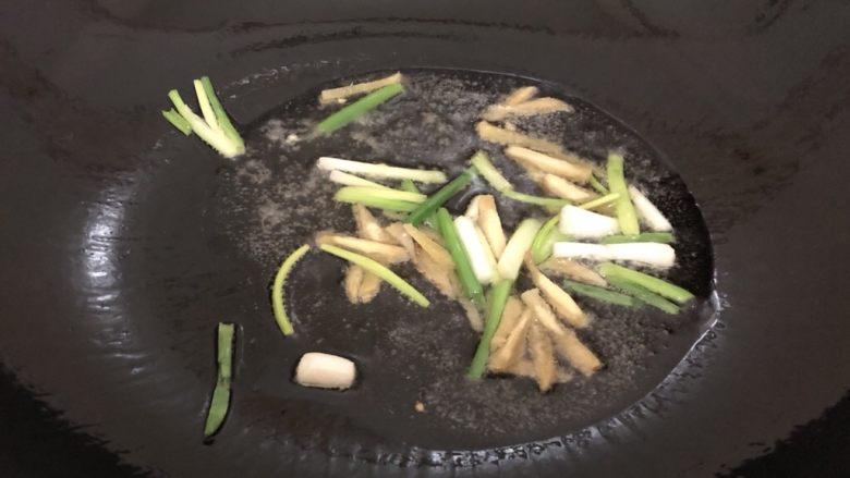 西芹炒牛肉,锅里烧干下油,油热下姜葱爆一下