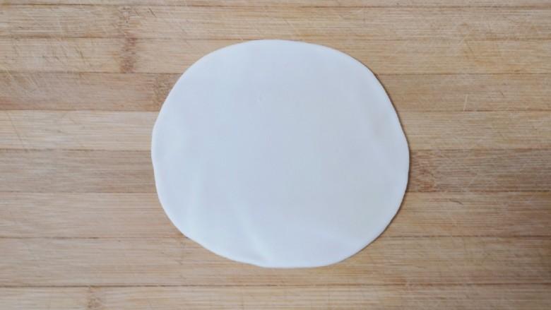 梅干菜烧饼,取一个小剂子擀成薄片。