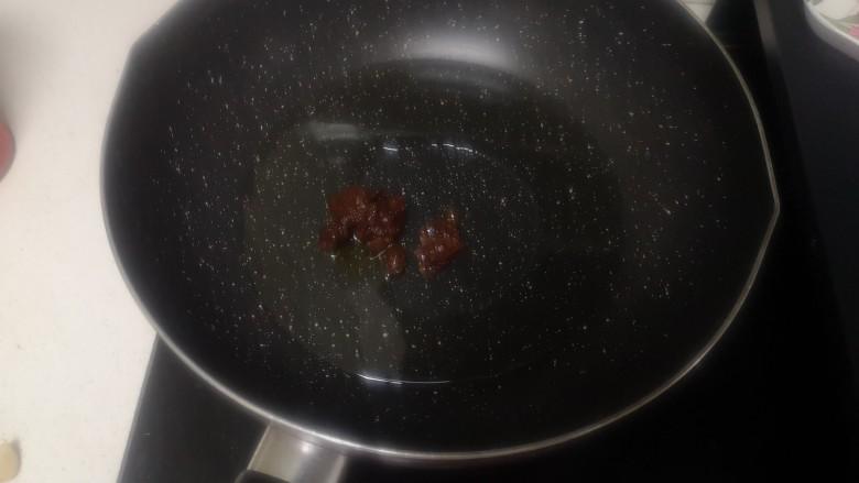 洋葱炒肉片,冷锅下适量油+豆瓣酱20g
