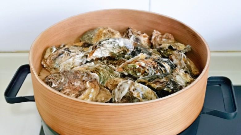 蒜蓉生蚝,上蒸锅,隔水蒸2-3分钟,壳裂开就可以关火。
