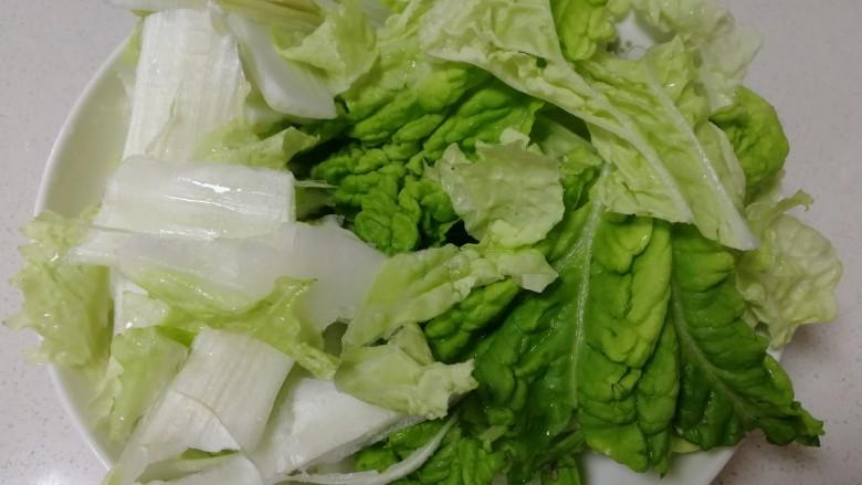 白菜豆腐汤,菜帮和菜叶撕成小块,分开。