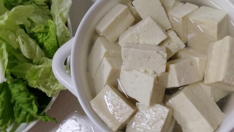 白菜豆腐汤,开水里泡两分钟,去去豆腥味儿。