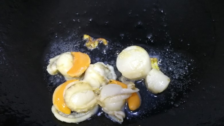 白菜豆腐汤,放入扇贝肉,文火翻炒。