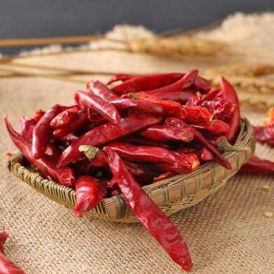 干锅包菜,<a style='color:red;display:inline-block;' href='/shicai/ 86474'>干辣椒</a>切成小段。
