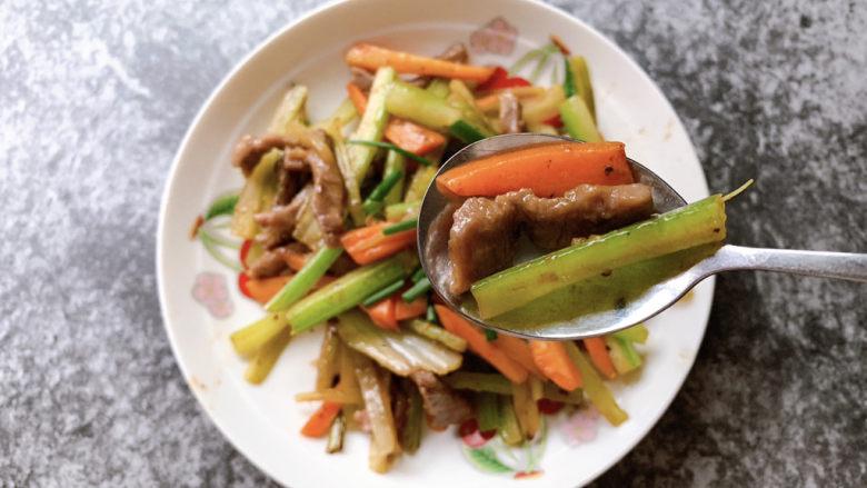 西芹炒牛肉,黑椒风味西芹丝炒牛肉丝完成