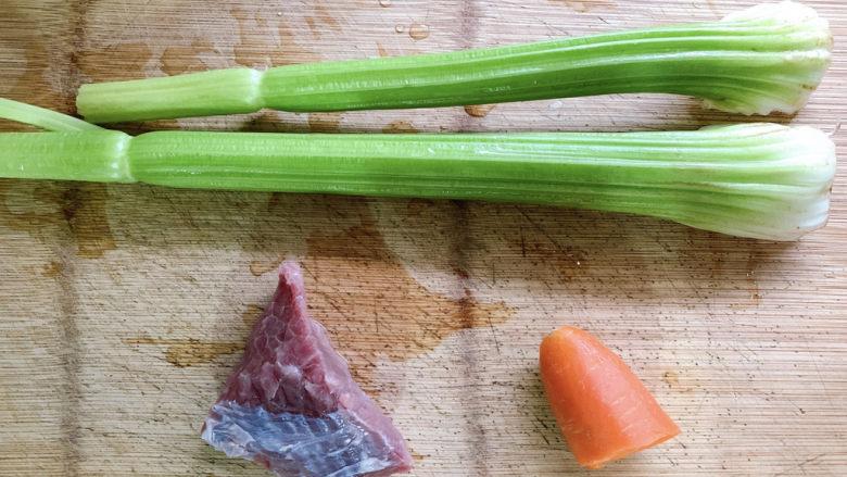 西芹炒牛肉,食材如图,所示示意。