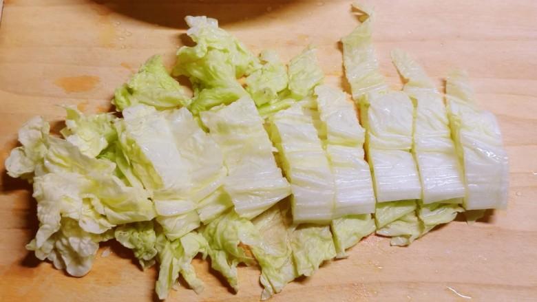白菜豆腐汤,<a style='color:red;display:inline-block;' href='/shicai/ 114'>白菜</a>切段。
