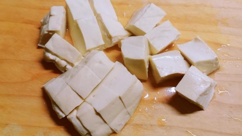 白菜豆腐汤,豆腐切块。