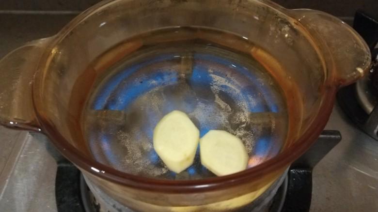 白菜豆腐汤,锅中放入适量水烧开放入姜片。